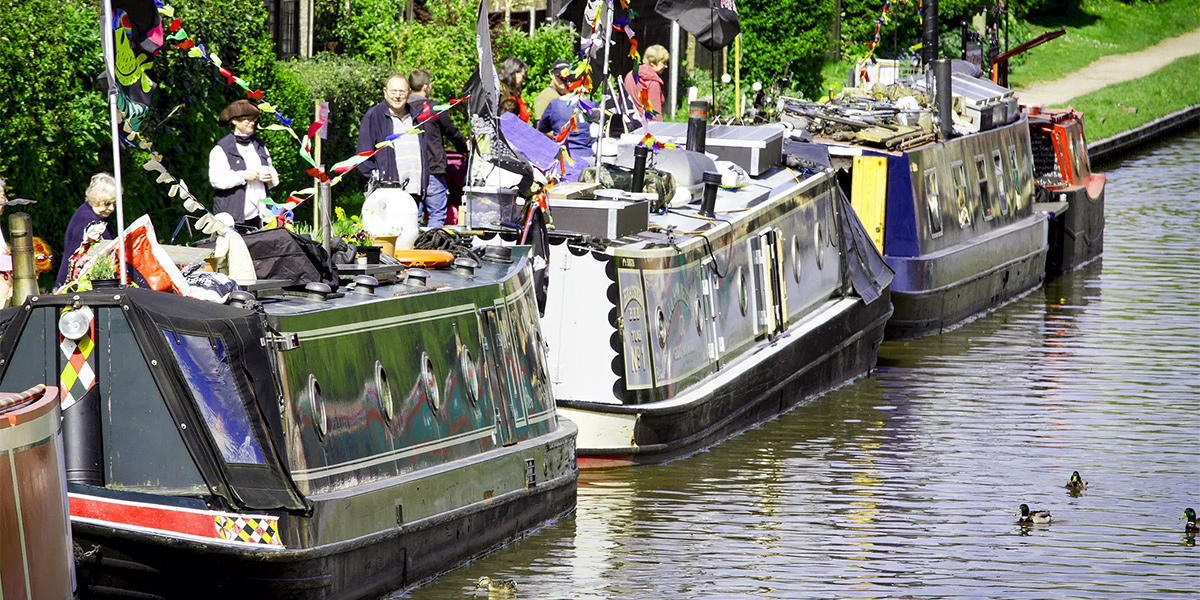 roving canal traders market boats